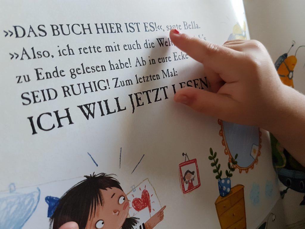 Kinderfinger auf Buchseite