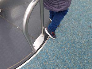 Beine am Drehteil auf dem Spielplatz