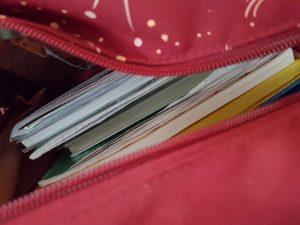Einsicht in Rucksack mit Schulbüchern